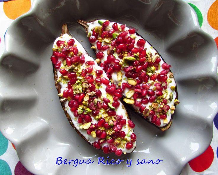 Berenjena asada con salsa de yogur, granada y pistacho