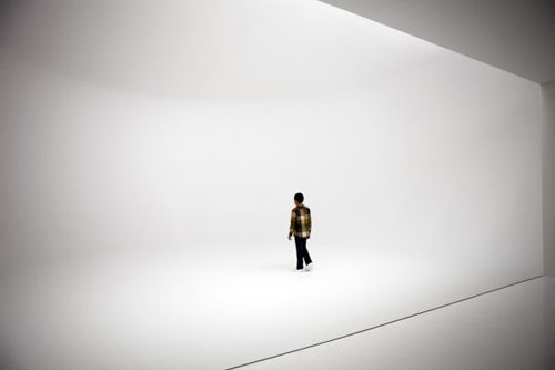 gallery space built with rounded corners and shadowless lighting to take away any sense of distance for an 'infinity environment'. trippy!  by doug wheeler