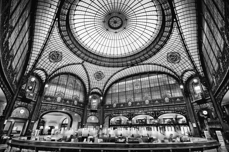 Verrière en charpente métallique du siège parisien de la Société générale, œuvre de Jacques Hermant / http://paris-fvdv.blogspot.com.br/2013/06/de-glazen-koepels-van-het-nouveau-paris.html