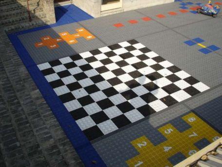 Spielplatz für kindgerechtes Spielen und Toben und Lehrneffekten