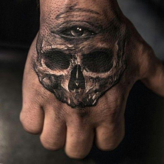 un gusto exelente el de este hombre tatuado