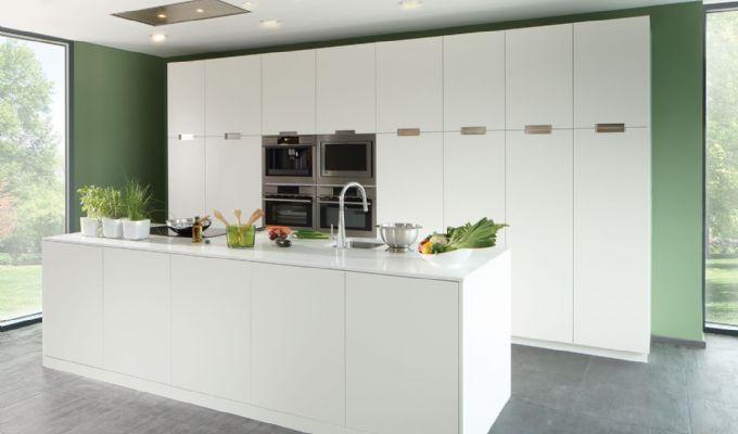 Strakke witte moderne keuken met een eiland. Belgisch design.
