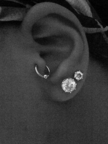 really wanna get my tragus pierced. goal for this summer hopefully i can convince my mom for my birthday!!!