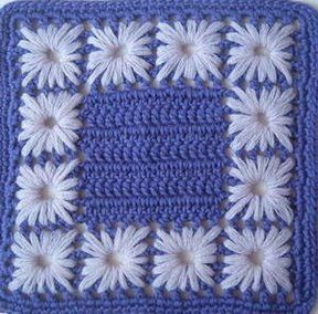 Quadrado de crochê com bordado