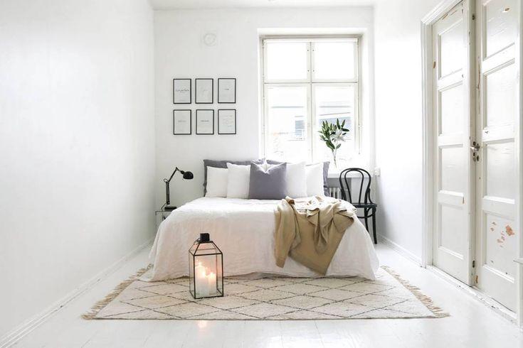 Makuuhuoneen rento, mutta harkittu sisustus. Tauluryhmä seinällä tuo kivaa ryhtiä kokonaisuuteen.