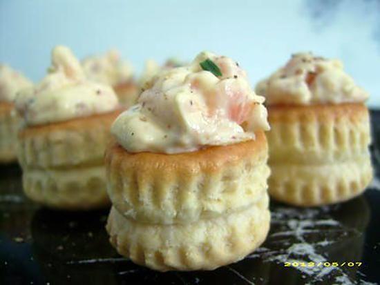 La meilleure recette de Minis vol-au-vent au saumon (apéro en famille)! L'essayer, c'est l'adopter! 4.8/5 (11 votes), 9 Commentaires. Ingrédients: 24 minis vol-au-vent, 1 barquette de cubes de saumon, mayonnaise maison, ciboulette ciselée, mélange de 5 baies