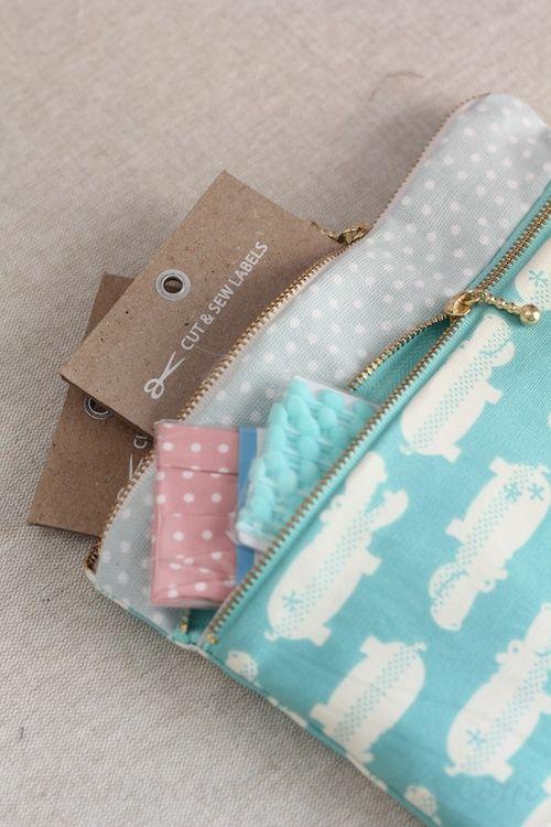 Kostenlose Anleitung für eine hübsche kleine Tasche mit Doppel-Reißverschluss / Free pattern pouch