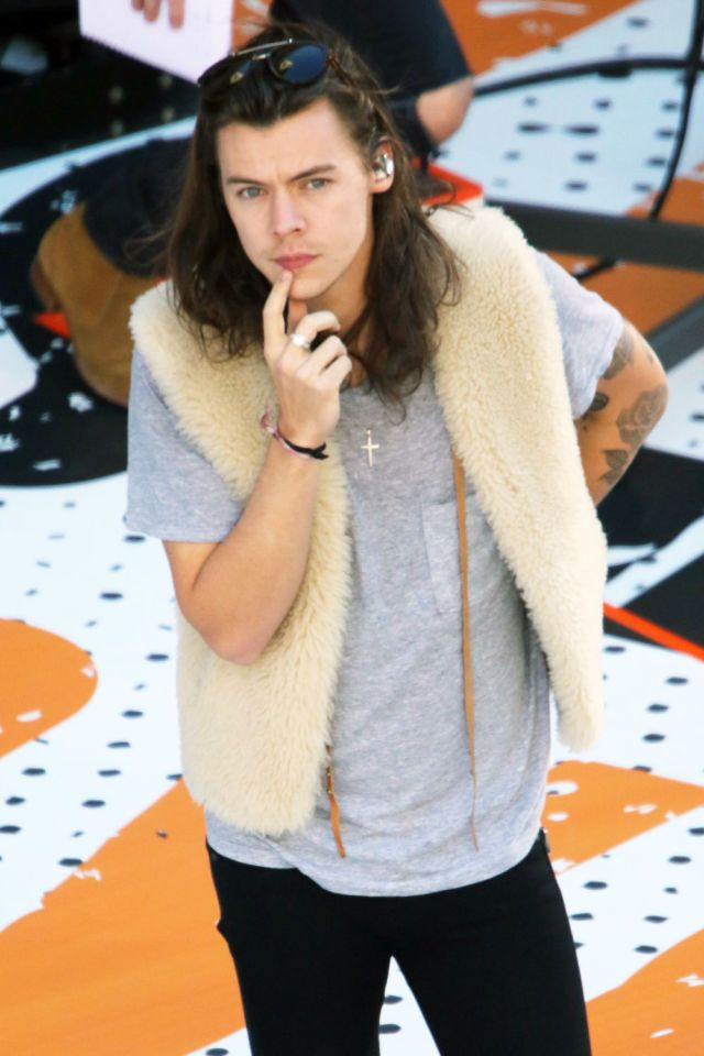 Harry Styles rocks a faux fur gilet as One Direction soundcheck for Jimmy Kimmel Live on Hollywood Boulevard  - Sugarscape.com