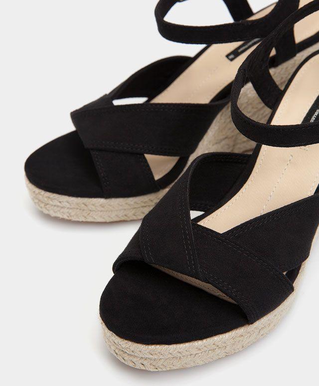 Zeppa iuta con risvolto - Calzature - Tendenze moda donna SS 2017 su Oysho on-line : biancheria intima, lingerie, abbigliamento sportivo, scarpe, accessori e costumi da bagno.