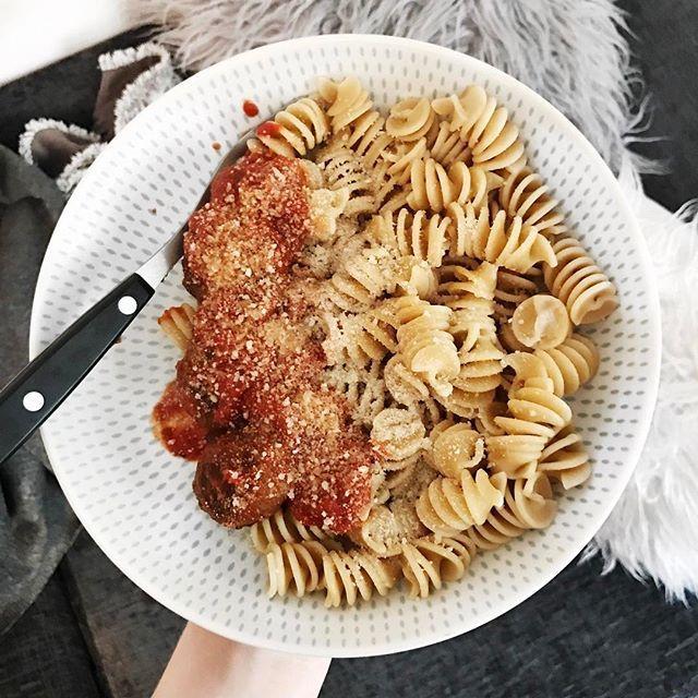 meatballs, 100g wholewheat pasta, 1/4 dolmio meatball tomato sauce and 5g parmesan cheese (563 cals) ✨😔 makaroner köttbullar tomatsås tomat sås, ost