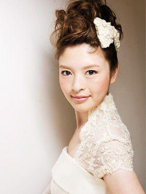 リボンを添えて ウェディングドレス・カラードレスに合う〜ポンパドールの花嫁衣装の髪型一覧〜