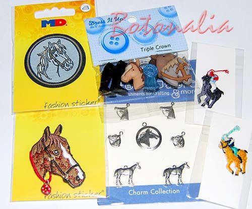 Botones, charms y pegatinas del mundo de la hípica y los caballos, para ayudar a personalizar ropa y todo tipo de manualidades y labores de patchwork o scrapbooking.