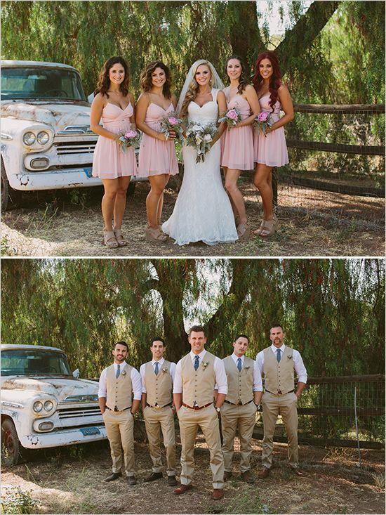 Rosa Kleid für die Brautjungfern und beige Anzüge für die Trauzeugen