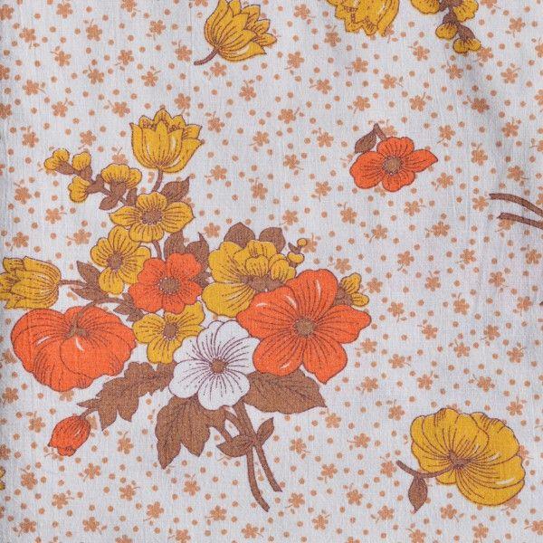 """<p>Drap plat doublevintage avec un imprimé de bouquets orange et marron<span style=""""background-color: transparent;"""">, légèrement délavé, état d'usage. Pour apporter une touche douce et vintage à votre chambre ou utiliser le tissu pour une autre création ! On aime ce motif floral très seventies.</span></p>"""