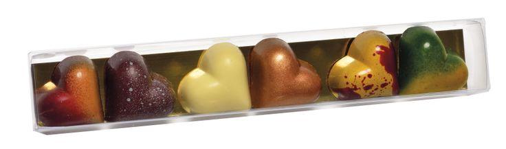 Pour faire chavirer les cœurs, rien de tel que la réglette gourmande composée de six cœurs en chocolat. Douceur Coquine, Grande Tendresse, Philtre d'Amour, Nuit Blanche, Passion Meurtrière, Grain de Folie. Irrésistibles ! Jacques Bockel, Chocolatier-Créateur - La Réglette de 6 cœurs  - PV conseillé : 7,90€ -  www.planet-chocolate.com