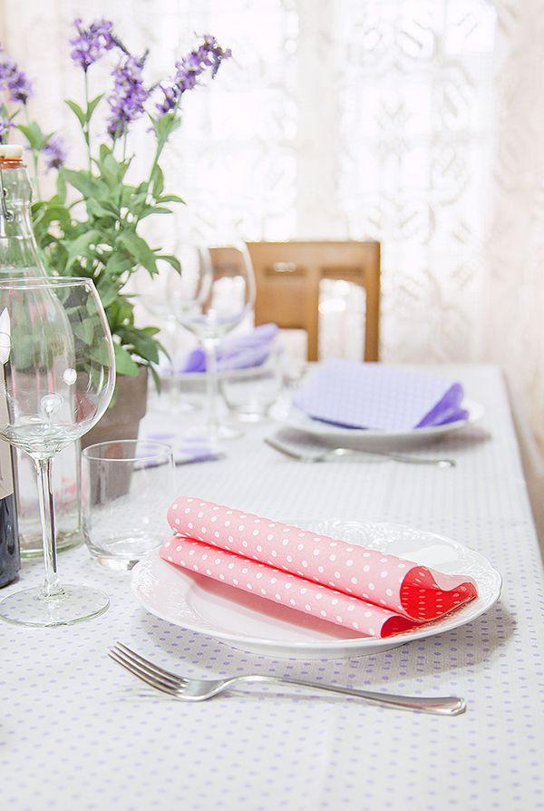 Table-set con decoro Pois rosa e Lilla. Nella foto tovaglia e tovaglioli Class airlaid. Scoprili su www.classairlaid.com o su www.deni.it