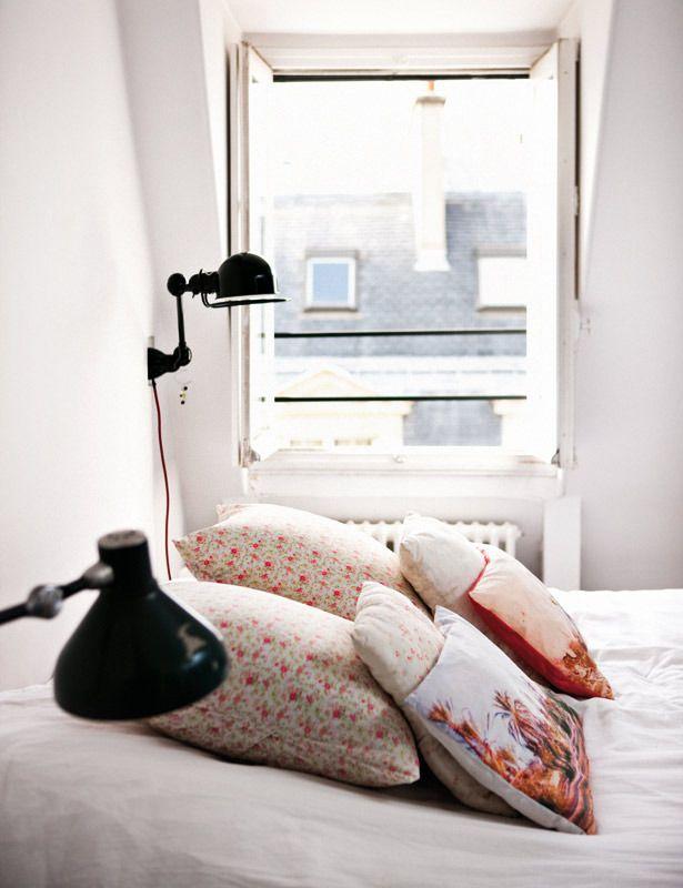 almofadas + candeeiros + janela aberta