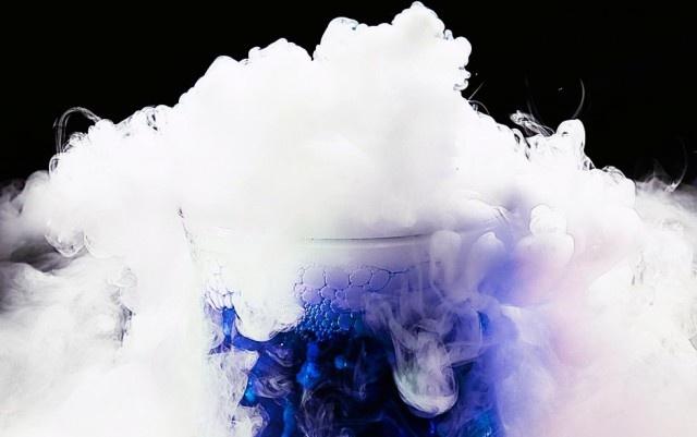 Сухой лед (твердый диоксид углерода) в пробирке с синей жидкостью