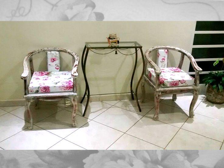 Customização em cadeiras, textura em pátina envelhecida, estofados com espuma soft densidade 27 e revestimento tecido jacquard resitente a água.