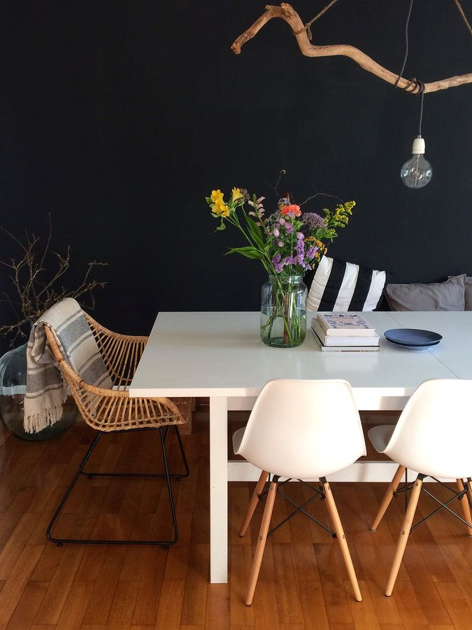 """Wir freuen uns immer sehr über Mitglieder, die uns zum ersten Mal in ihr Zuhause mitnehmen. Deswegen möchten wir ihnen eine neue Serie widmen. Hereinspaziert!""""Ich mag Gegensätze, die sich anziehen und verschiedene Stile, die sich mischen""""Tina, 36, aka Schoene_kleine_welt wohnt zusammen mit ihrem Mops im kleinen Ort Vreden im Münsterland. Ihren Stil beschreibt sie als einen Mix ausErbstücken, Flohmarktfundstücken, DIY Projekten und skandinavischem Design.""""Aus meiner puristisch..."""