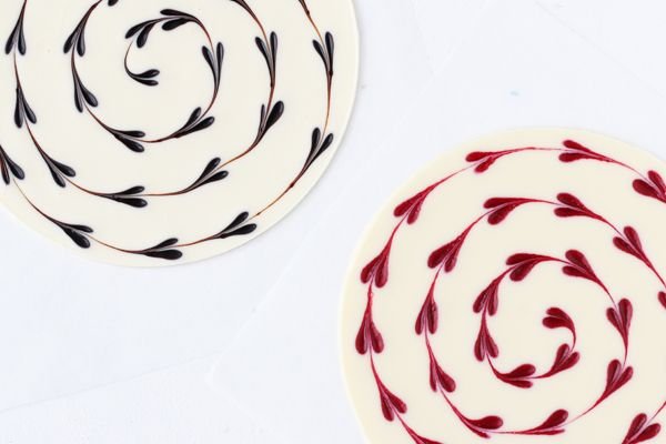 Hvidt chokoladebrud med hindbærhjerteswirl