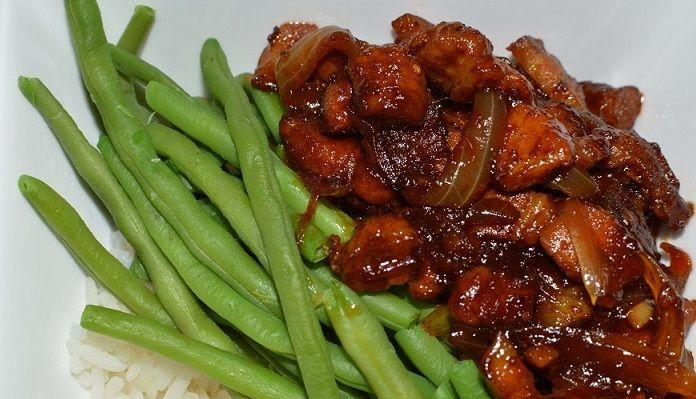 Babi ketjap. Deze gemakkelijke variant van babi ketjap maak je met speklapjes. Smakelijk en goedkoop. En erg fijn: het kan bijna niet mislukken!