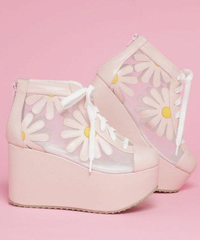chaussures compensées, grandes plateformes roses et imprimés floraux