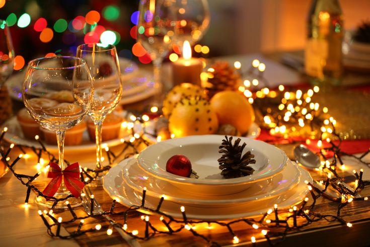 Ετοιμάζουμε το γιορτινό μας τραπέζι με ένα πλήρες μενού από το Χωριό. Στρώνουμε καλό τραπεζομάντηλο, ανάβουμε κεριά και Χρόνια Πολλά!
