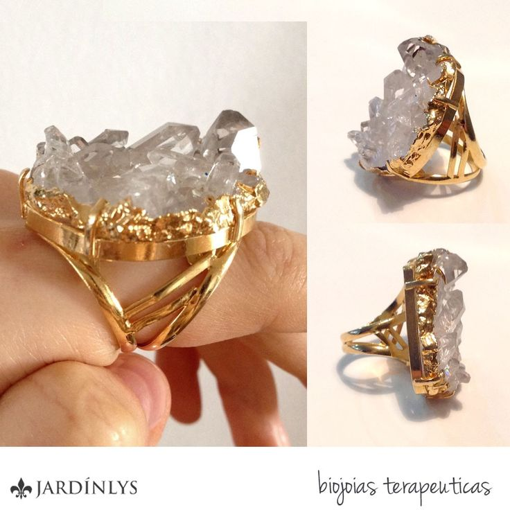 O Anel Drusa de Cristal é banhado a ouro e confeccionado de forma exclusiva e artesanal com pedras naturais de quartzo. O quartzo é uma pedra muito utilizada por estimular o equilíbrio entre corpo, mente e espírito.
