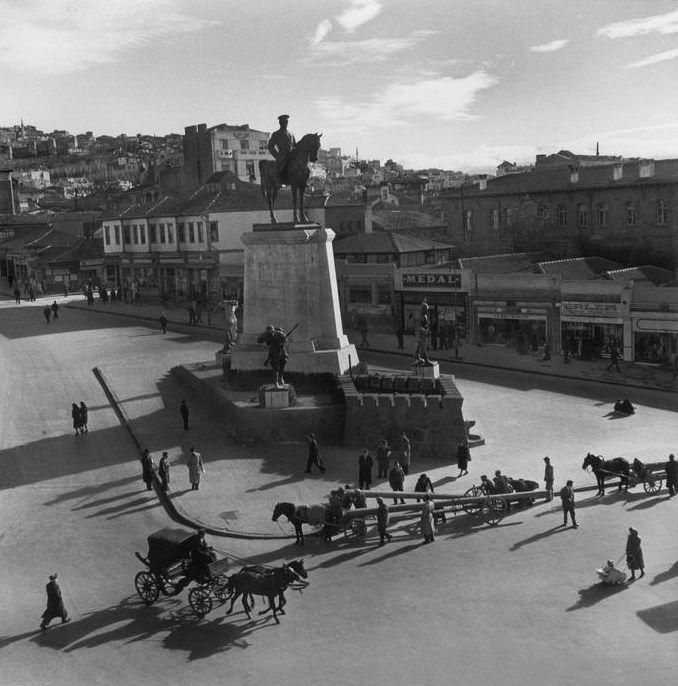 Atatürk Heykeli, Ankara, 1946