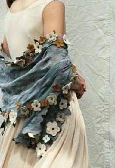 Scialle in denim con fiori all'uncinetto applicati