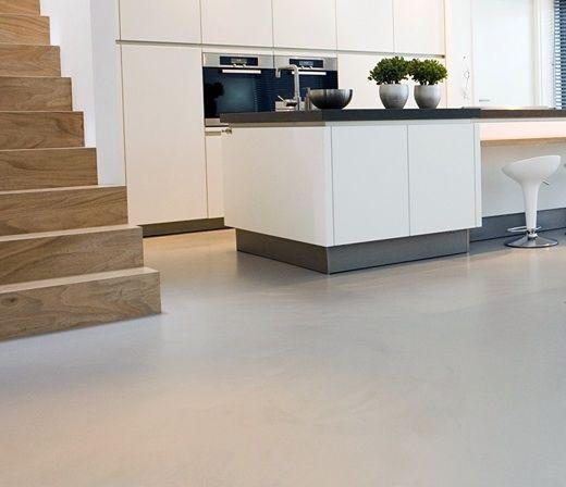Mooie trap, strakke keuken en epoxy vloer = I like!