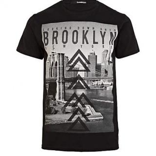 Tricoul River Island ce are in partea din fata un imprimeu ce reprezinta o imagine din Brooklyn New York, este un tricou casual ce nu trebuie sa lipseasca din garderoba ta. Este confectionat din bumbac 100% ceea ce ii confera o confortabilitate aparte.