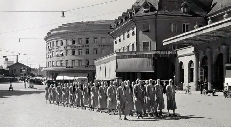 Defilee von Krankenschwestern des Schweizerischen Roten Kreuzes in Freiburg. Mobilmachung.