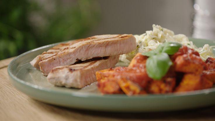 Patatas Bravas kennen we allemaal. Sandra Bekkari maakt haar eigen variatie met zoete aardappel en een heerlijke tomatensaus. Ze serveert er een gegrilde kalfssteak en rammenassalade bij.