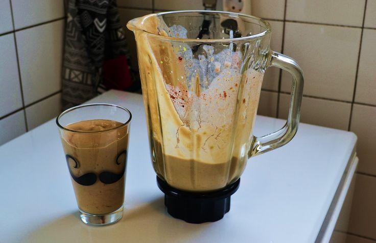 Een smoothie met al het lekkers van een dessert! Avocado, pindakaas, cacao-poeder, banaan en soya melk met griekse yoghurt. Volg mij op janedoe.nl!