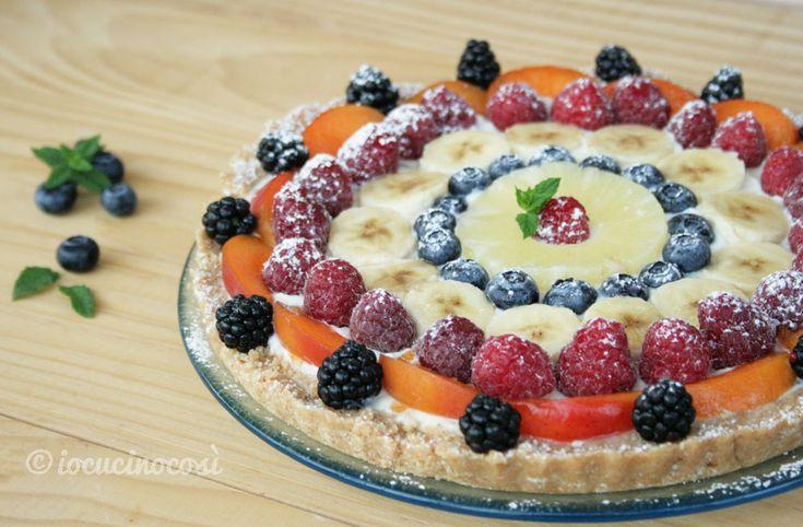 La crostata fredda alla ricotta e frutta è un dolce fresco senza cottura, farcito con crema di ricotta e cioccolato e decorato con frutti di bosco.
