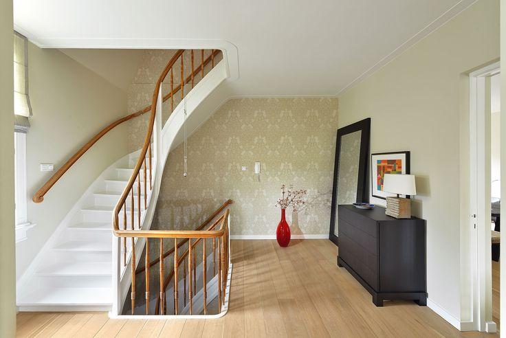 Dit klassieke trappenhuis kreeg een moderne metamorfose bij de verbouwing van het hele woonhuis onder leiding van BNLA architecten. Fotografie: Studio de Nooyer.