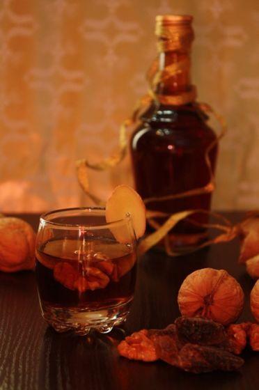 ИМБИРНЫЙ ЛИКЕР...... На 1 л ликера:  60 г свежего имбирного корня 4 грецких ореха щепотка ванилина 250 г сахарного песка 700 мл водки