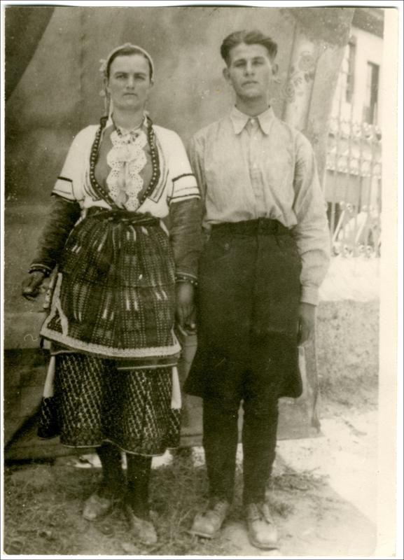 Γυναικεία φορεσιά από τα χωριά του κάμπου της Ημαθίας: Χαρίεσσα, Αγ. Μαρίνα, Άγ. Γεώργιος, Κοπανός, Παλιό Ζερβοχώρι.  Ημερομηνία Έκδοσης: 1939. Συλλογή Χρυσάνθης Κωστοπούλου;Άγιος Γεώργιος (Ημαθία)  Δημόσια Κεντρική Βιβλιοθήκη της Βέροιας