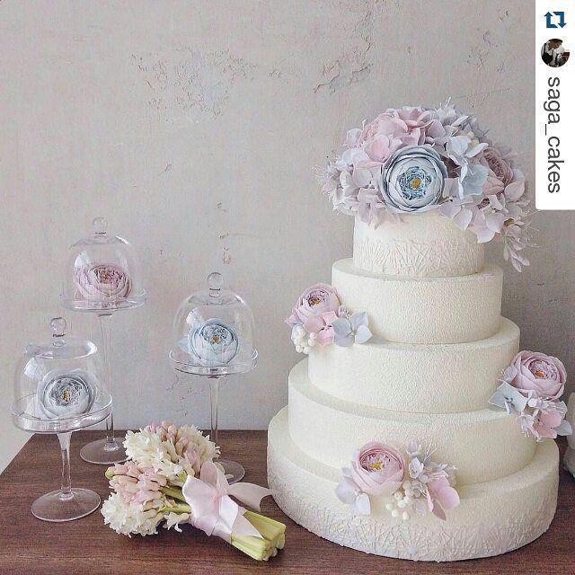 #Repost @saga_cakes with @repostapp ・・・ Муссовые торты называют современными, а нам нравится превращать их в классические, вне времени и моды. Современная классика? прекрасных выходных!!!! p.s. На фото by @olga_plakitina наш свадебный торт с сахарными цветами и декоративные сахарные розы. Организация @familyekb , декор @matveeva_decor