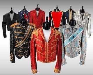 MICHAEL JACKSON,  chaquetas estilo tuxedo, las hombreras, las espectaculares chaquetas con brillantes y de estilo militar, los pantalones tobilleros, las medias blancas o de cristales, las chaquetas de cuero, el guante blanco, los lentes de sol estilo aviador de espejo, el sombrero fedora