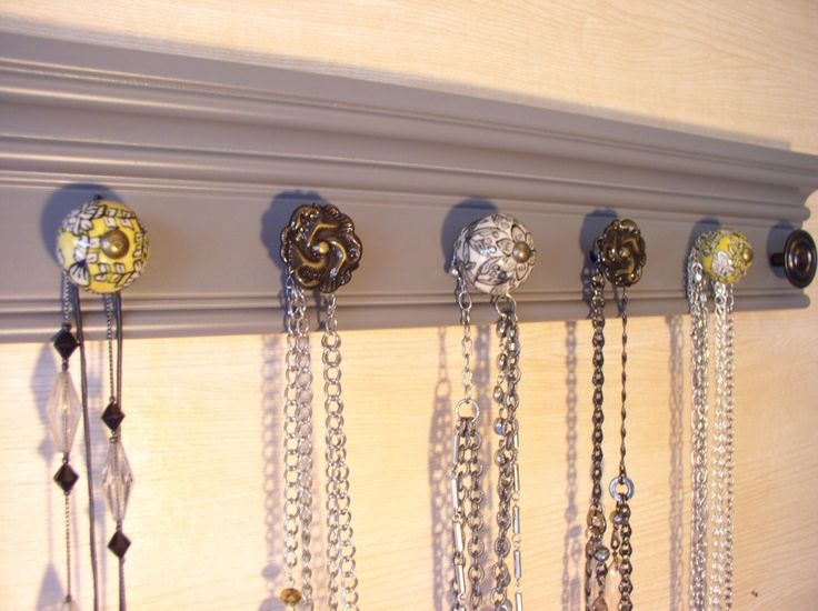 """gris bijoux porte mur collier cintre a 7 boutons de meuble décoratifs jaune et gris de 20 """"de long organisateur par Gotahangup sur Etsy https://www.etsy.com/fr/listing/465776975/gris-bijoux-porte-mur-collier-cintre-a-7"""