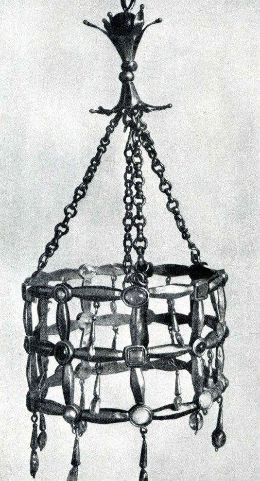 156.  Вестготская вотивная корона.  Из клада, найденного в Гварразаре близ Толедо. 7  в. Париж, Музей Клюни.