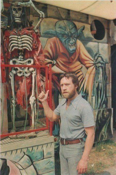 Владимир Высоцкий оценивает уровень граффити. Франция, Париж, 1970-е