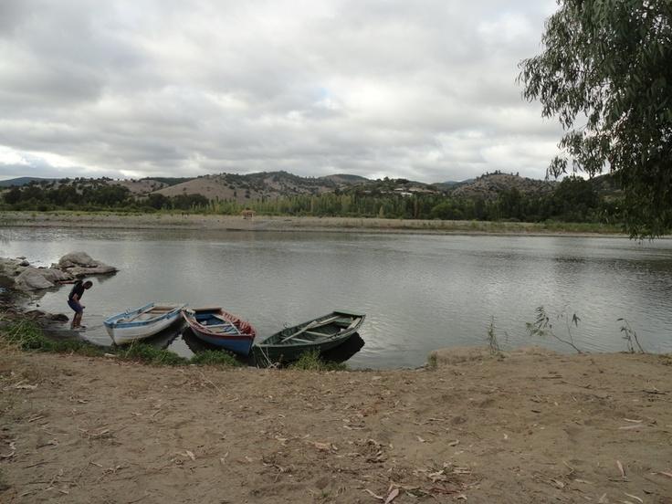 Como no hay puentes, la gente cruza en botes hasta el otro lado del río donde están sus casas.