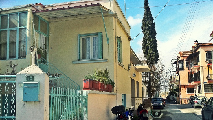Dragatsaniou St., full of picturesque houses, old and new, is a typical quiet street of the Eptapyrgio neighborhood. (Walking Thessaloniki, Route 08 - Seven Towers)
