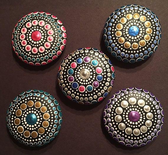 Pago final por orden de encargo: mil63901 ~ 5 piedras de mandala ~ cada aproximadamente 2 x 2  Cada piedra va a venir una bolsa pequeña lazo aterciopelado con una etiqueta con bordes Vieira y tarjeta de significado.  ------------------------------------------ Patrones de Mandala simbolizan la infinidad, de protección y de los ciclos de la naturaleza. La piedra trae estabilidad, longevidad, resistencia y permanencia. Solo mirando una piedra mandala puede calmar un alma, aliviar el estrés o…
