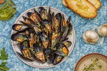 Le cozze alla marinara sono un piatto di pesce caratterizzato da un aroma intenso dato dal vino bianco che rende questa pietanza molto gustosa. Ottime come antipasto, da accompagnare con delle croccanti fette di pane tostato, o come primo piatto, da aggiungere al sugo e servire con gli spaghetti.  La preparazione delle cozze alla marinara è semplice, sono sufficienti pochi ingredienti ma freschi e di qualità per realizzare una ricetta classica e molto apprezzata da tutti gli amanti del…