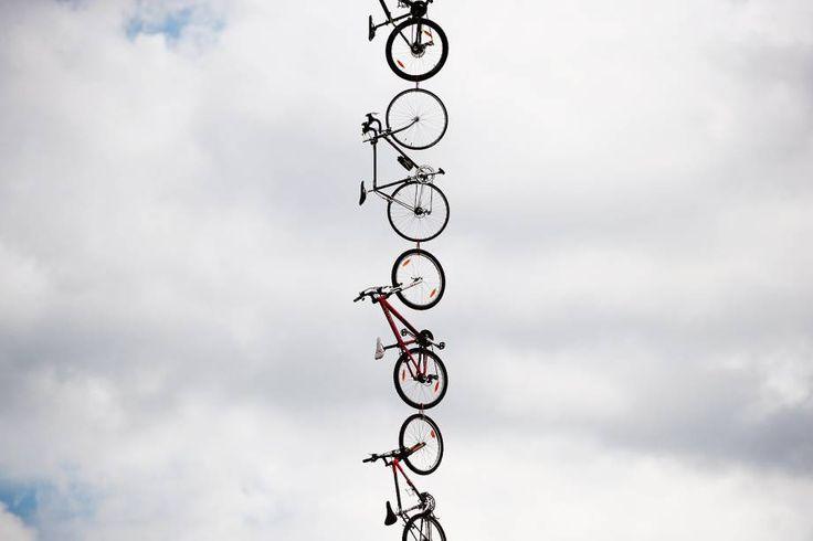 Bicicletas são penduradas ao lado da estrada durante a 104ª corrida de ciclismo do Tour de France, 3ª etapa de Verviers, Bélgica, a Longwy, França - 03/07/2017 (Benoit Tessier/Reuters)